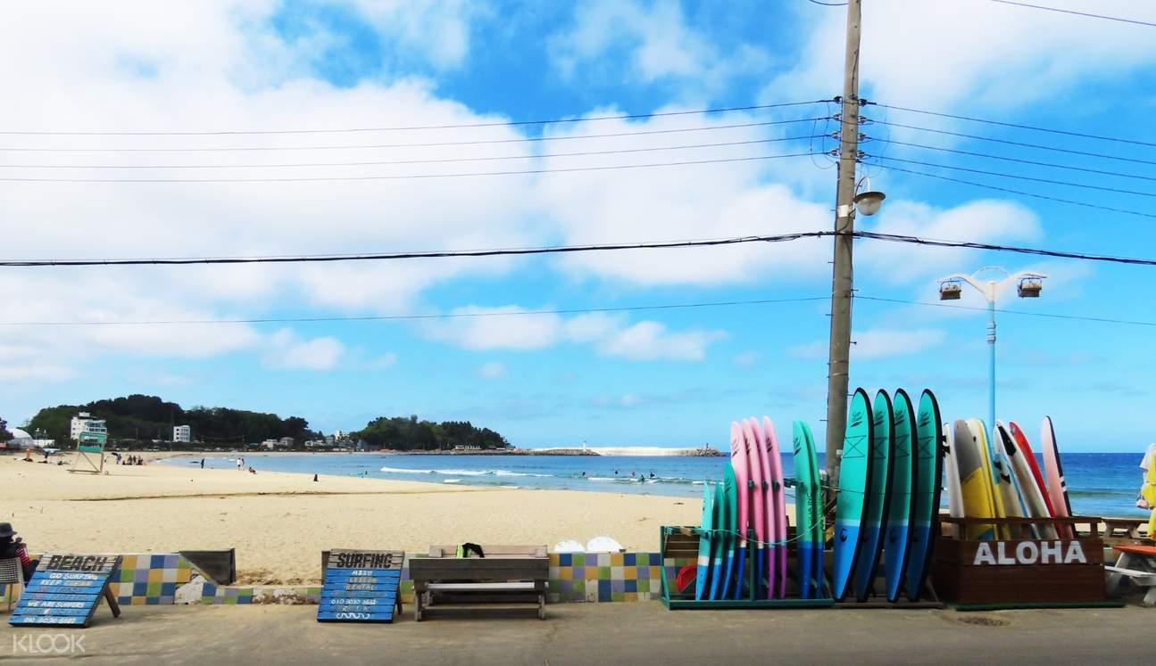 서핑의 메카, 강원도 양양에서 짜릿한 서핑을 경험해 보세요.